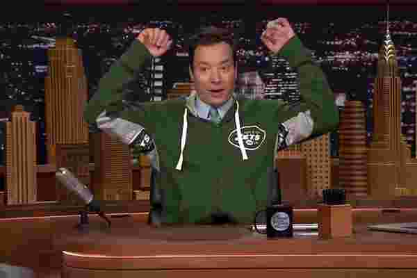 """吉米·法伦 (Jimmy Fallon) 首次亮相新的 """"超级粉丝"""" 运动服系列"""