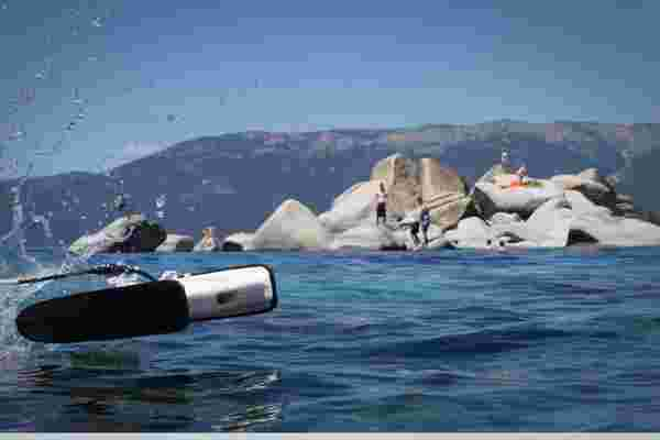 这种快速的水下无人机可以在Kickstarter上成功游泳