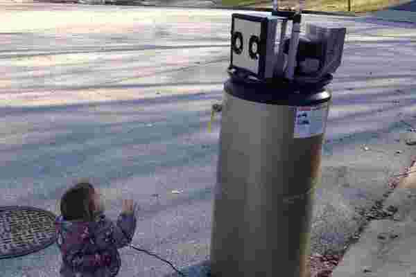 观看这个可爱的蹒跚学步的孩子将热水器误认为是机器人